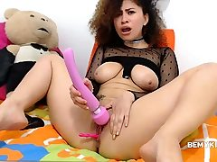 Curly Dame Masturbating On Cam